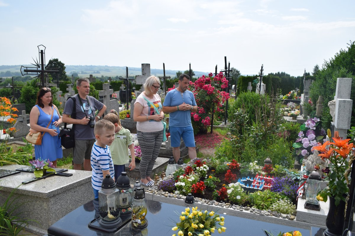 Modlitwa przy grobie rodziny Ulmów w Markowej. Fot. m. Jasina
